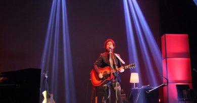 Coti llena el teatro de Benicàssim con sus míticas canciones en un íntimo concierto