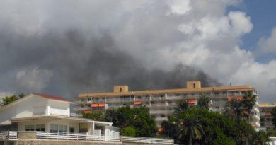 Arde un coche en unos apartamentos del Torreón en Benicàssim