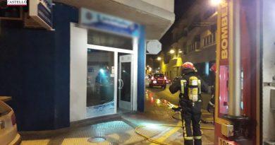 Los bomberos extinguen un incendio en una lavandería de Benicàssim