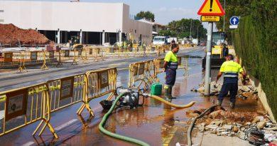 El reventón de una tubería deja sin agua a la zona de playa de Benicàssim