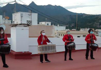 Medio centenar de cofrades participan en la tamborrada desde sus balcones