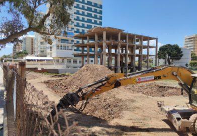 Arrancan las obras para derribar la estructura junto a los apartamentos Hawai
